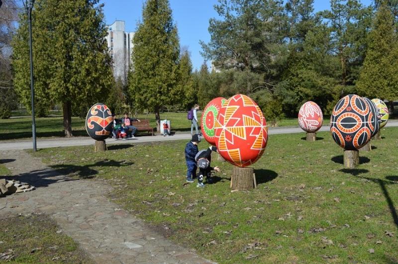 В Ровно установили уникальные гигантские писанки: впечатляющие фото