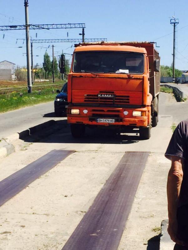 Одно строят, другое ломают: перегруженные машины с асфальтом для Аккермана разбивают дороги района