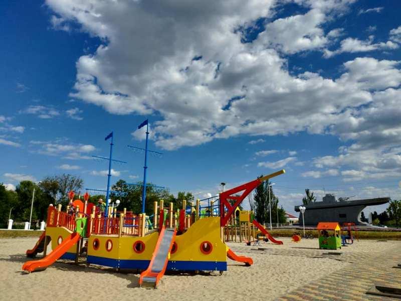 Два корабля визави: в Измаиле возле памятника бронекатеру построили новую детскую площадку
