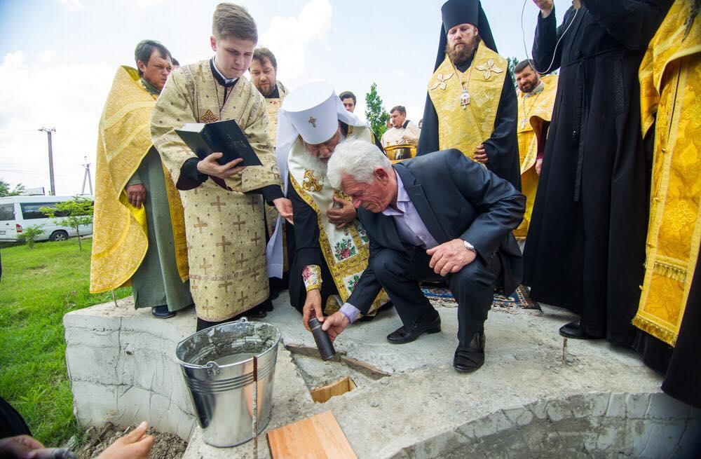 На территории Килийской центральной районной больницы в фундамент будущего храма заложили памятную капсулу