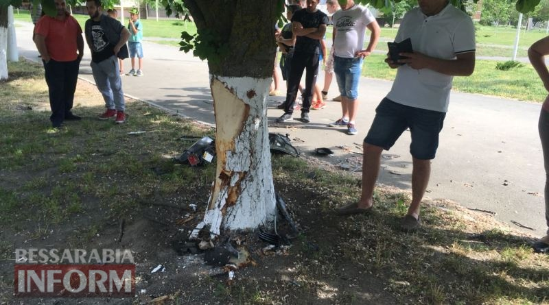 В Измаиле на проспекте Мира водитель разбил об дерево недавно купленное BMW
