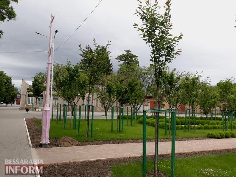 Гламурненько: в Измаиле в сакуровом саду установили оригинальные розовые фонарные столбы