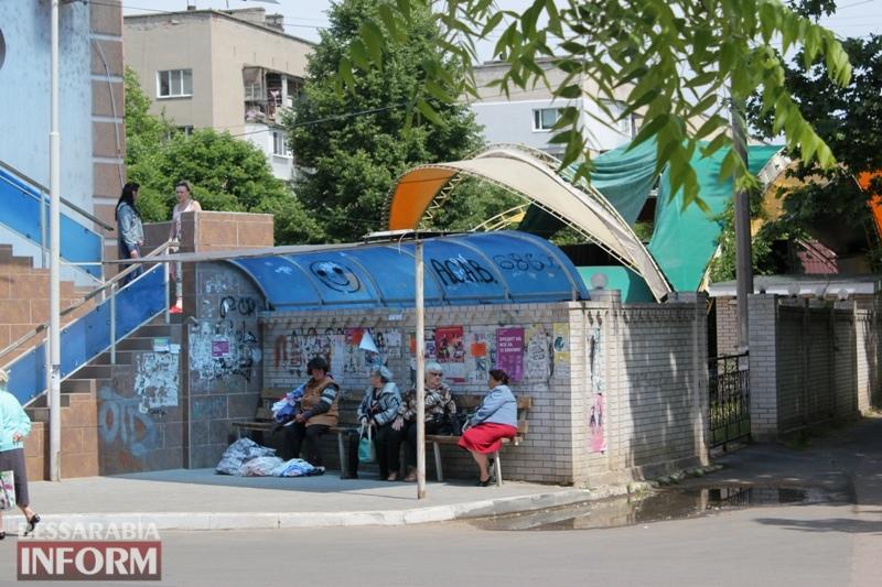 В Измаиле оставшаяся без жилья женщина уже неделю ночует на лавочке возле Управления труда и соцзащиты