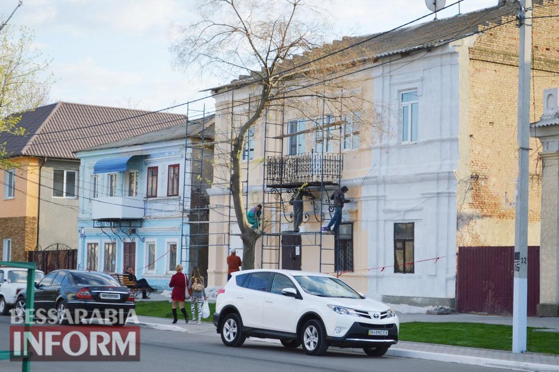 На реконструируемой улице Мира в Килии хорошеют фасады - началась реставрация здания поликлиники