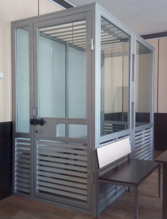 Без железных клеток: в залах заседаний Измаильского суда установили стеклянные кабинки для обвиняемых