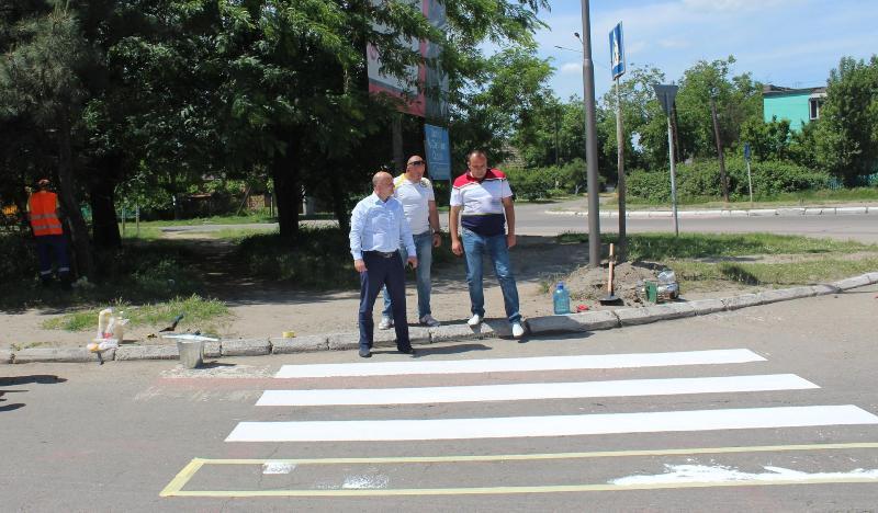 В Аккермане наносят пластиковую разметку на пешеходных переходах