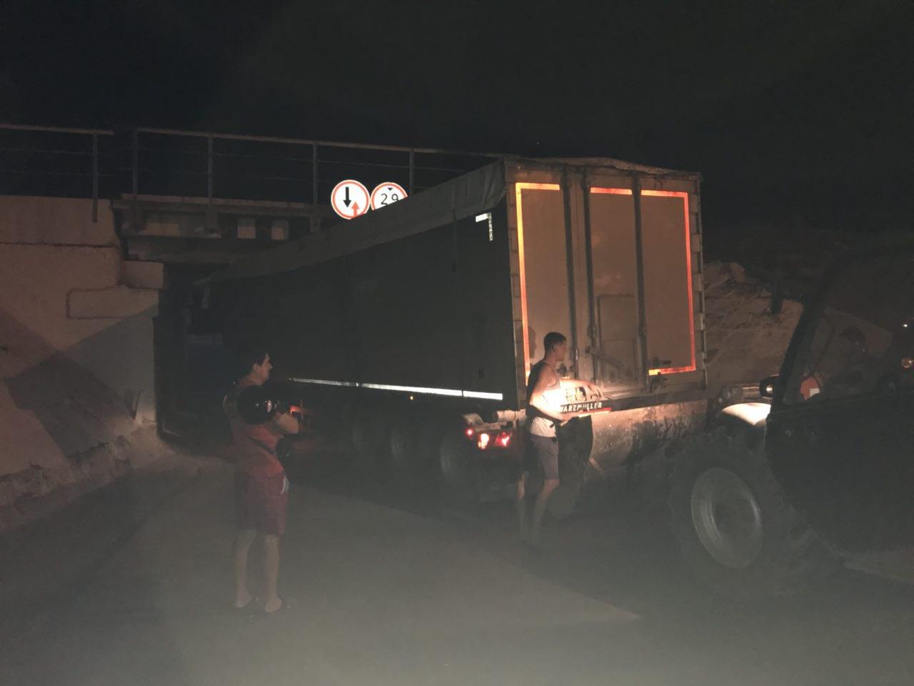В Измаиле под железнодорожным мостом застряла фура