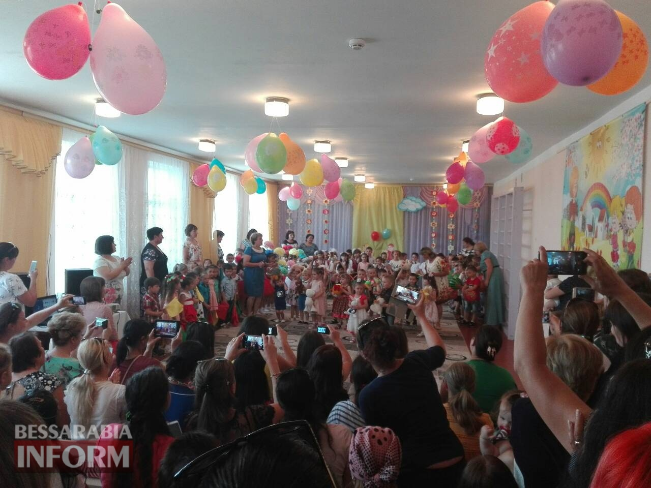 День защиты детей по-каменски: подарком к празднику стало массовое купание детей в бассейне