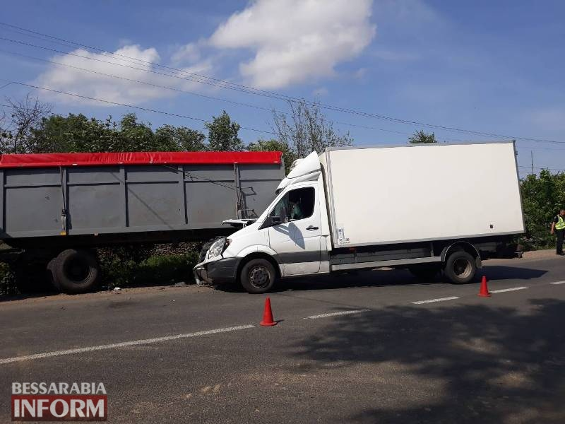 При въезде в Татарбунары грузовик на полной скорости въехал в прицеп припаркованного на обочине КАМАЗа