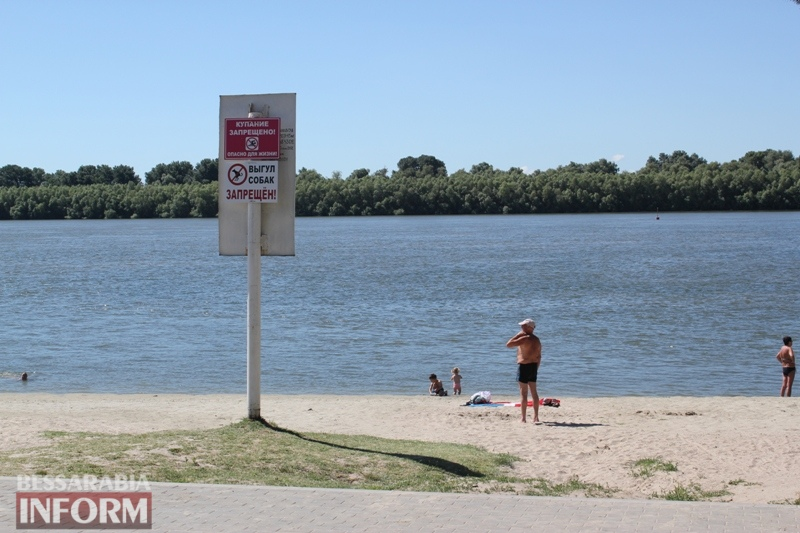 В Измаиле отдыхающие на стихийном пляже массово нарушают запрет на купание в Дунае