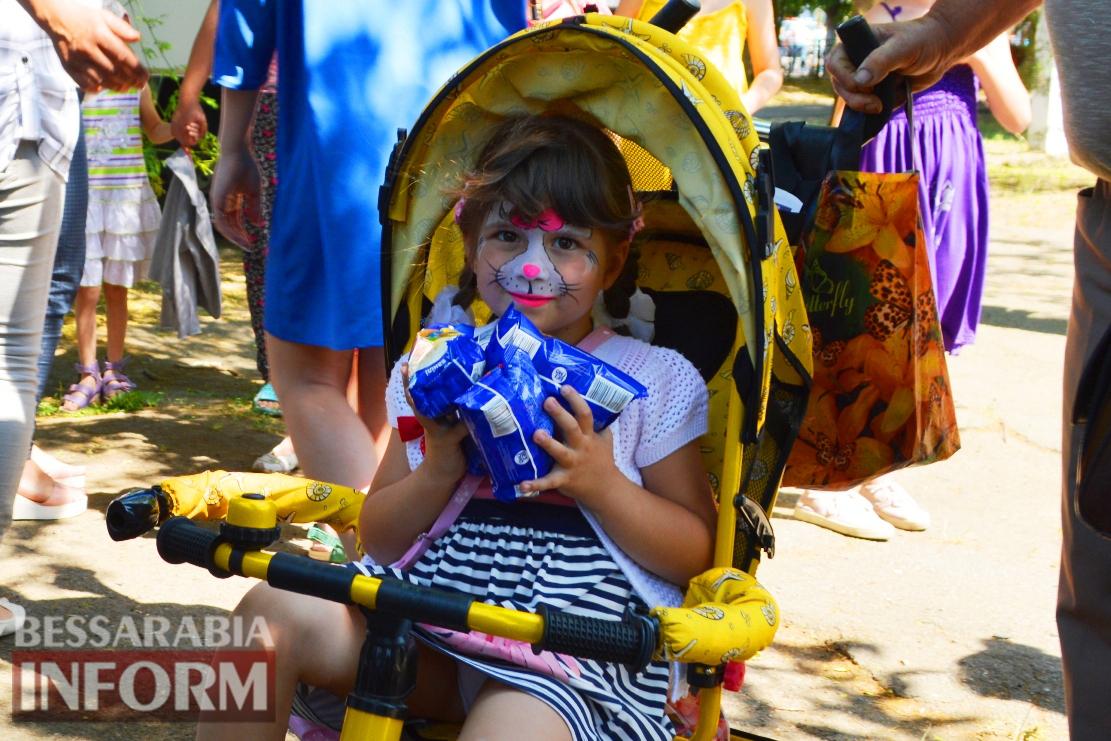 Детский день в Килии: песни, пляски, рисунки на асфальте и фургон бесплатного мороженого (фоторепортаж)