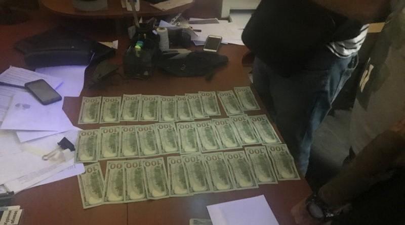 В Сарате СБУ и прокуратура задержали полицейского на взятке в 3 тыс. у.е