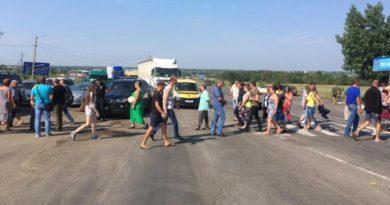 Жители бессарабской глубинки перекрыли трассу Одесса-Рени в районе Сараты: требуют ремонта дорог