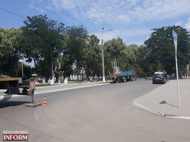 В Измаиле временно перекрыт центральный проспект в районе Центра занятости: меняют фонарные столбы