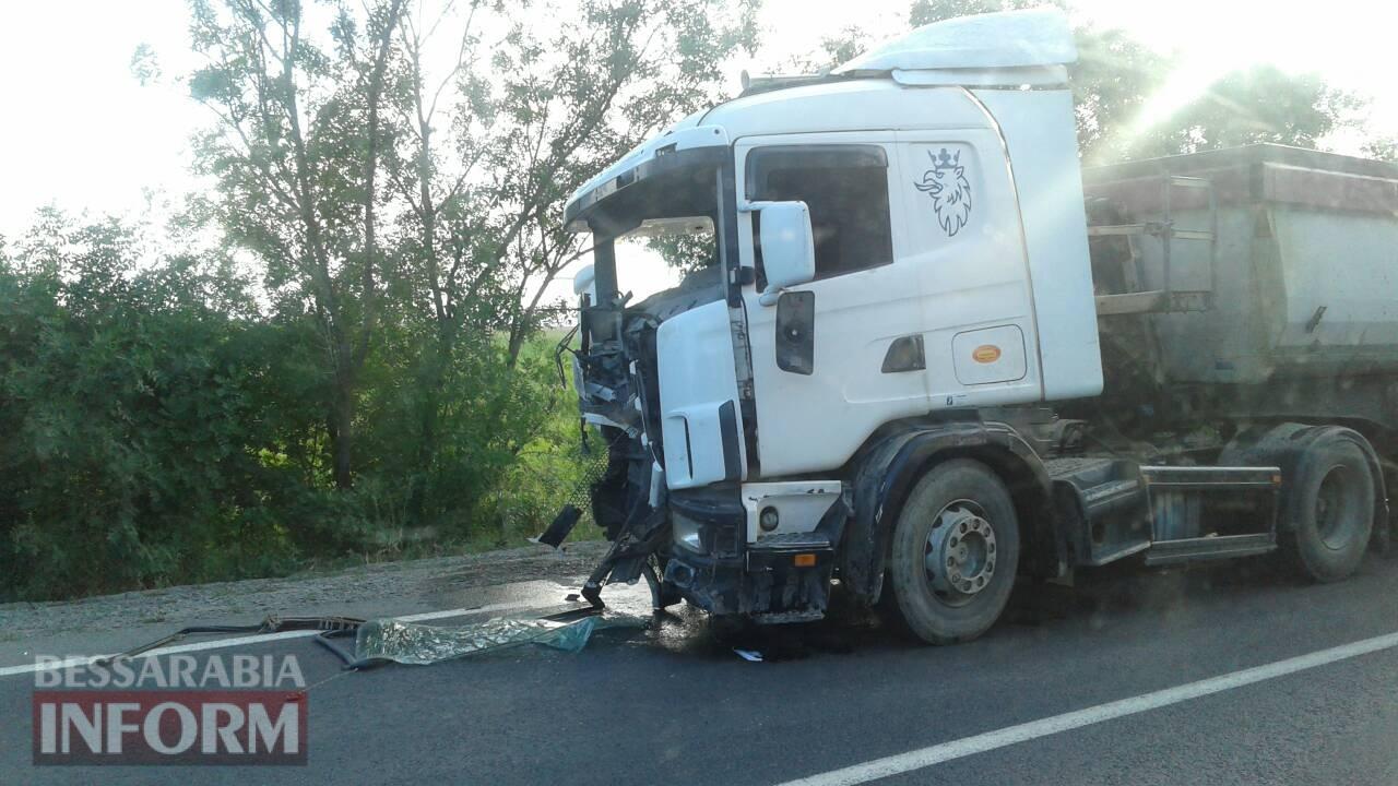 На трассе Одесса-Рени произошло лобовое столкновение фуры и микроавтобуса