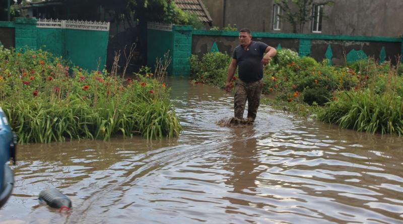 Через жахливу зливу, яка пройшлася Прикарпаттям у середу, дуже сильно постраждали населені пункти у відразу трьох районах області