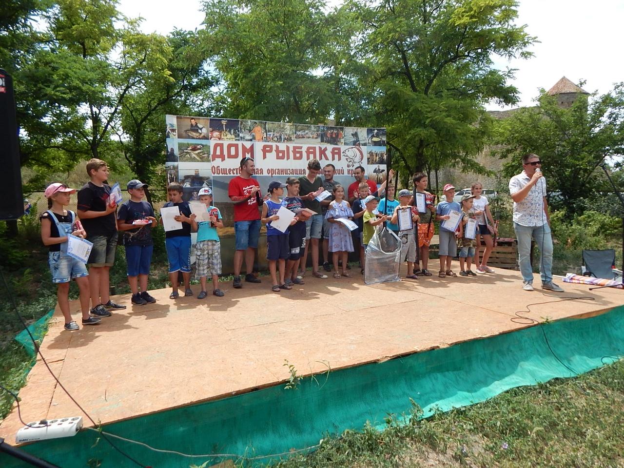 Турнир по рыбалке в Аккермане: коллективная уха, фестиваль молодежной музыки и катание по лиману