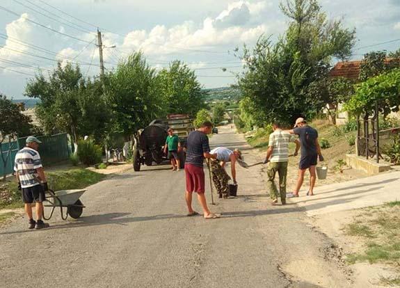 В Болградском районе люди сами ремонтируют дороги