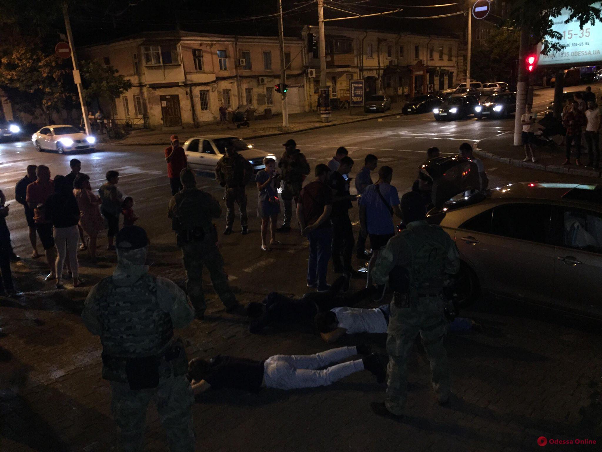 В центре Одессы задержали этническую банду торговцев оружием (ФОТО)