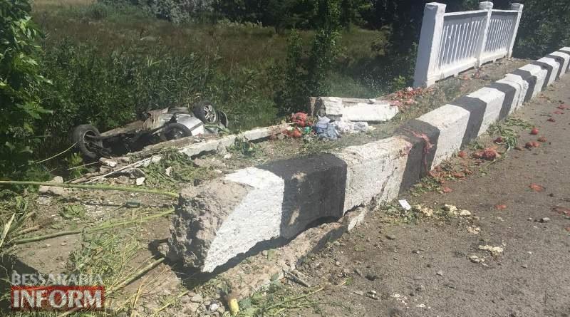"На трассе ""Одесса-Рени"" автомобиль снес ограждение и упал под мост, превратившись в груду металла. Погибла девушка"
