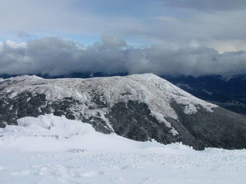 В Карпатах выпал первый снег: в сети появились завораживающие снимки