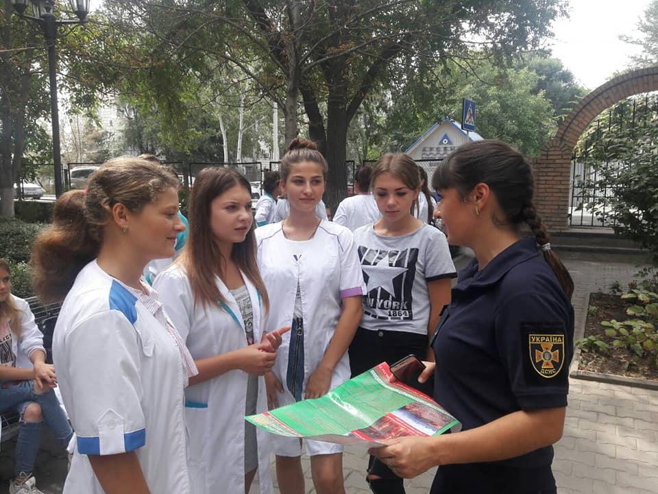 В Измаиле спасатели рассказали будущим медикам о пожарной безопасности