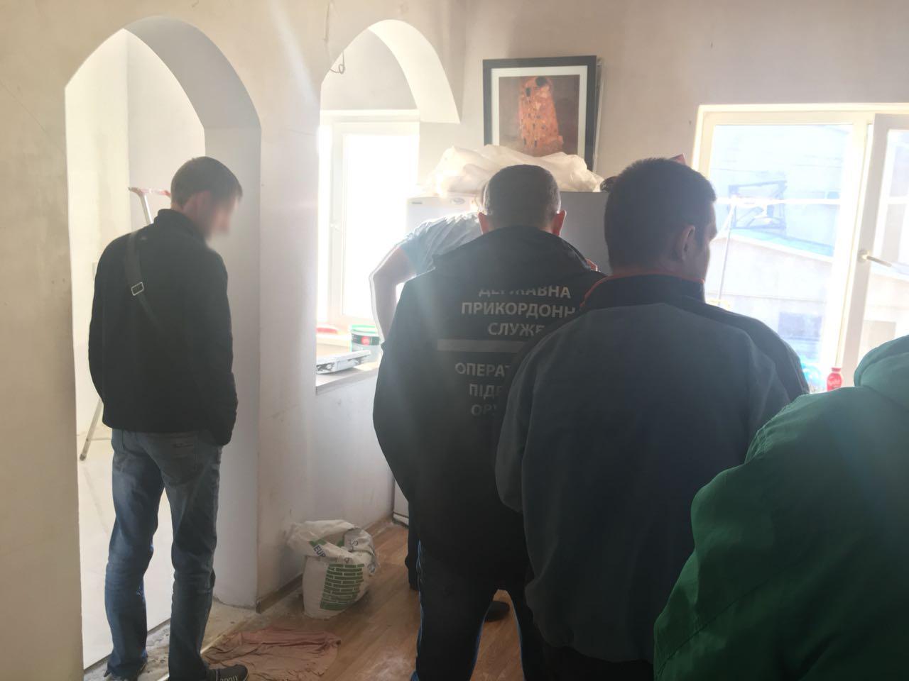 Наркотики, оружие, поддельные министерские печати и штампы обнаружили в Одесской области