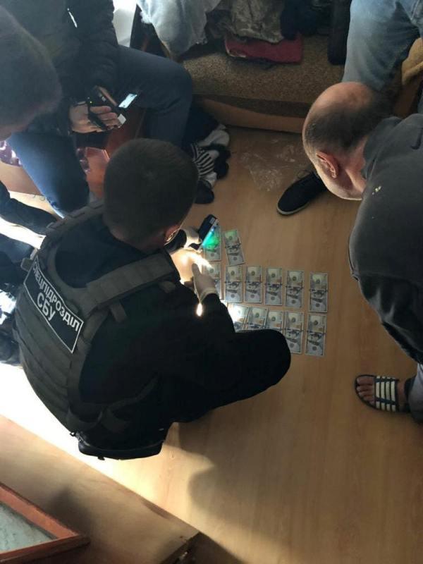 """3 тысячи долларов за """"откос"""" от армии: в Одессе """"на горячем"""" задержали офицера-взяточника"""