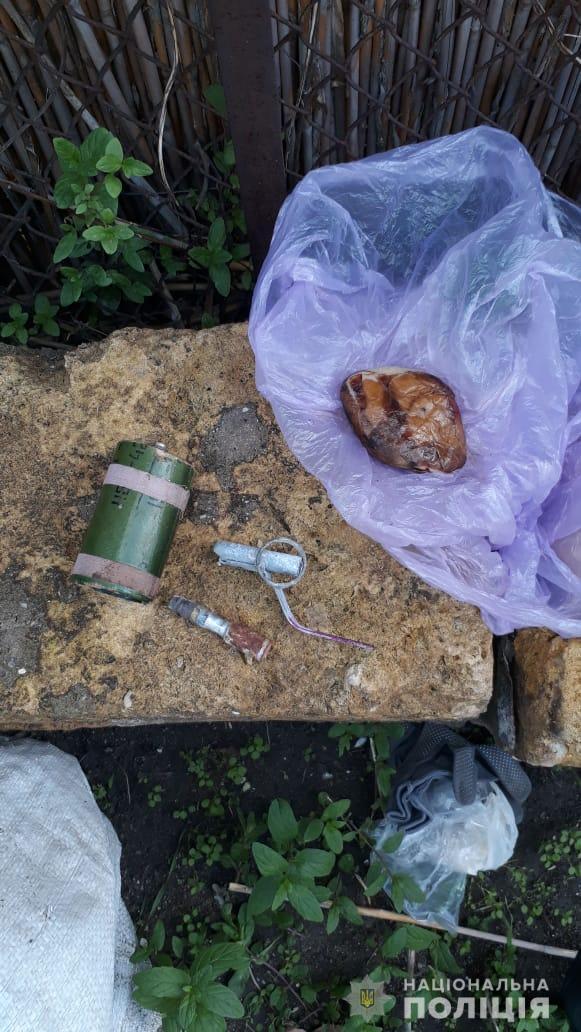 Заряженный пистолет и взрывчатка: в Аккермане задержали любителя оружия