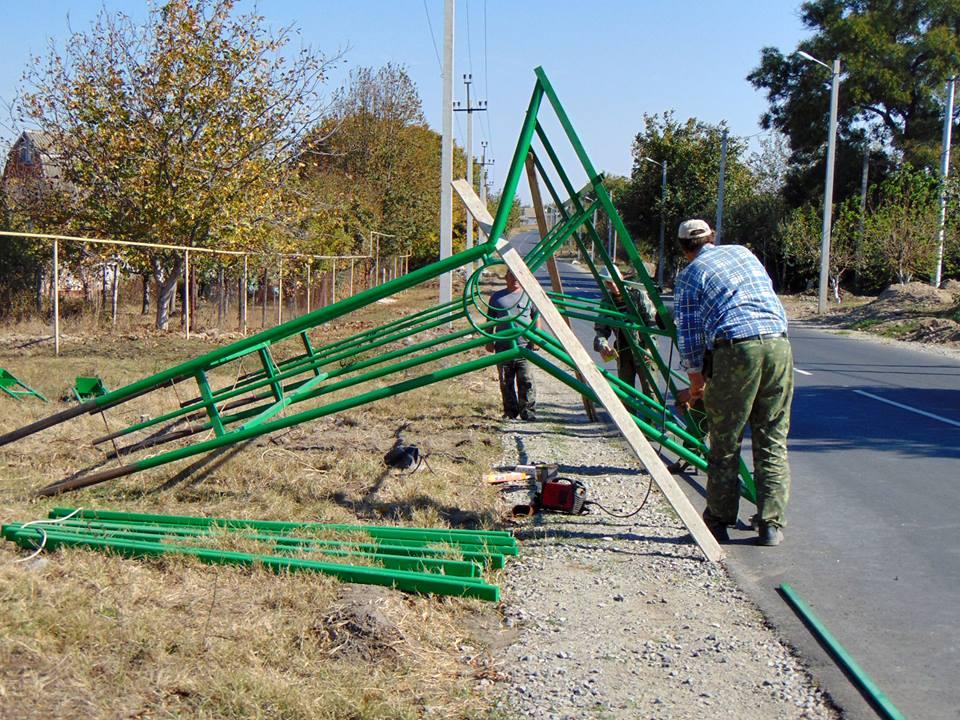 В Измаиле на отремонтированной улице устанавливают новые остановки (ФОТО)