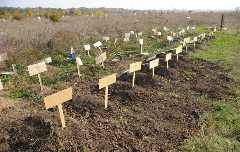 Странное кладбище в Одессе: маленькие могилки и картонки вместо табличек (фотофакт)