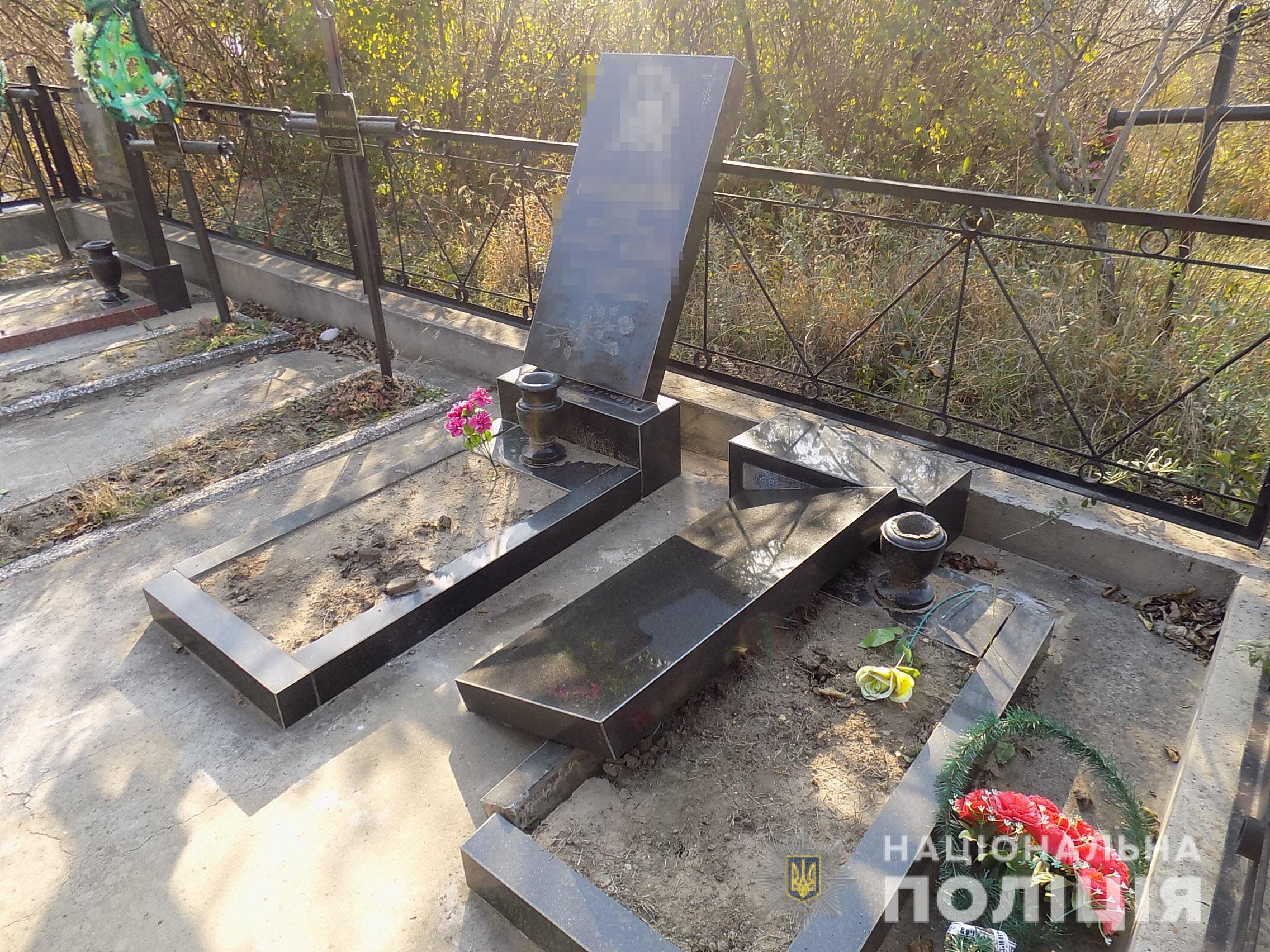 В Одесской области задержали школьников, которые глумились над могилами на кладбище (ФОТО)