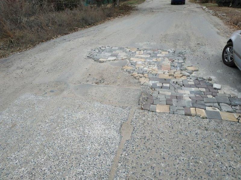 """Фотокурьез: """"плиточный тетрис"""" на дороге в Измаиле"""