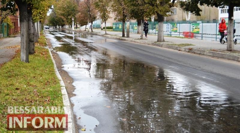 """Зловонные реки и лужи во дворе: аккерманские коммунальщики """"спешили"""" на помощь жителям  города на протяжении 15-ти часов (фото)"""