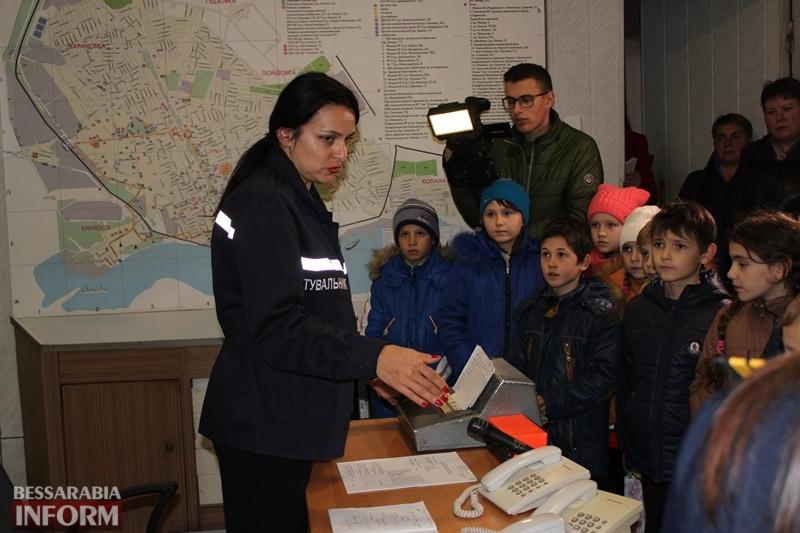 """Скоростное одевание, тест от диспетчера """"101"""" и много пены: дети знакомились с буднями спасателей Измаила"""