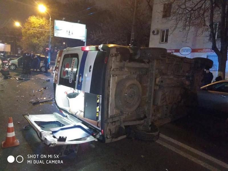 """В Одесской области случилась авария, в результате которой перевернулась """"Скорая"""". Есть пострадавшие (ФОТО)"""