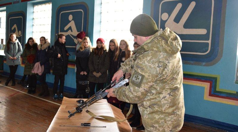 Пограничники демонстрировали учащимся Измаила вооружение и приемы рукопашного боя