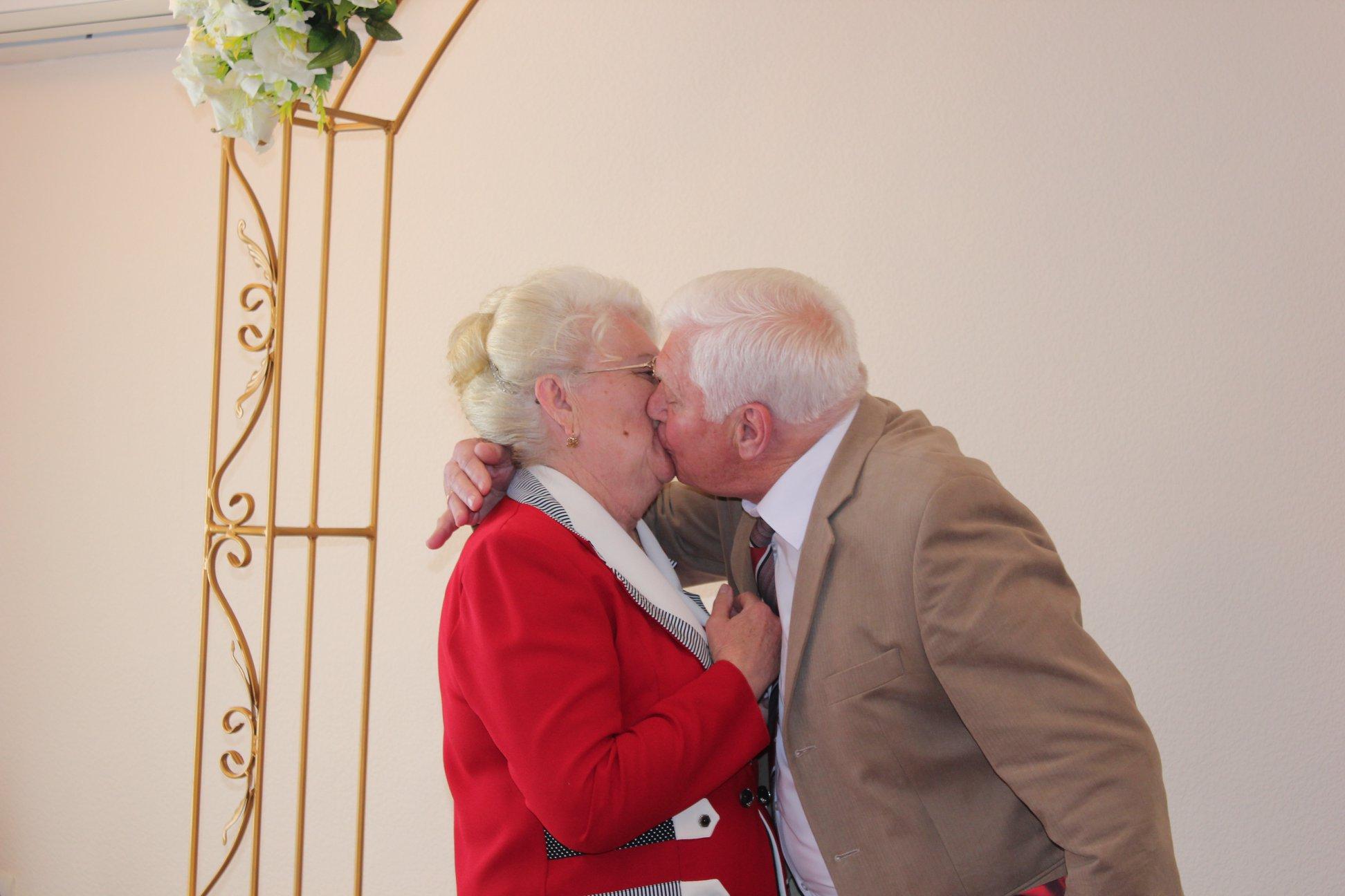 В Килиийском ЗАГСе супруги, прожившие в браке 50 лет, заново надели друг другу кольца (фото)