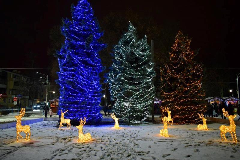 Ёлочка гори! - В Измаиле на центральной площади в субботу вечером включили новогоднюю иллюминацию