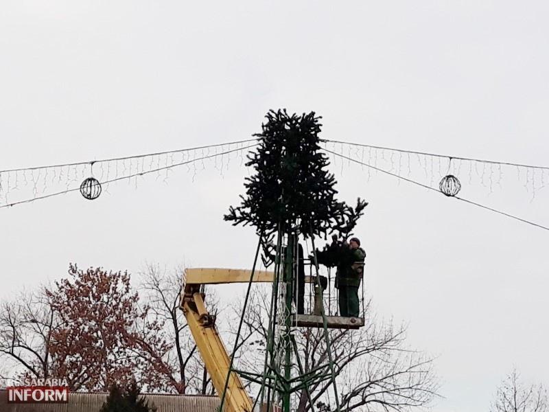 Праздник приближается: в Измаиле на главной площади города устанавливают новогоднюю ёлку