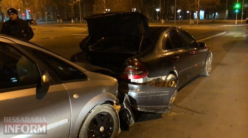 """Вечерние """"догонялки"""" в Измаиле: на проспекте Суворова столкнулись Opel и Mercedes-Benz"""