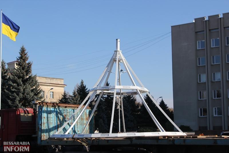 Шары в человеческий рост и новое освещение: в Измаиле к Новому году ночная площадь Победы засверкает по-новому