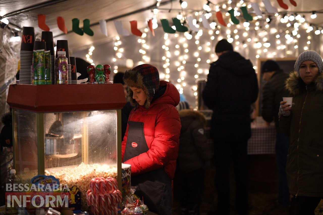 В Измаиле прохожим на улице показывают праздничную реконструкцию истории Рождества