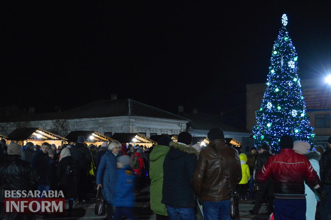 Килийцы хором зажгли главную городскую елку (фото)