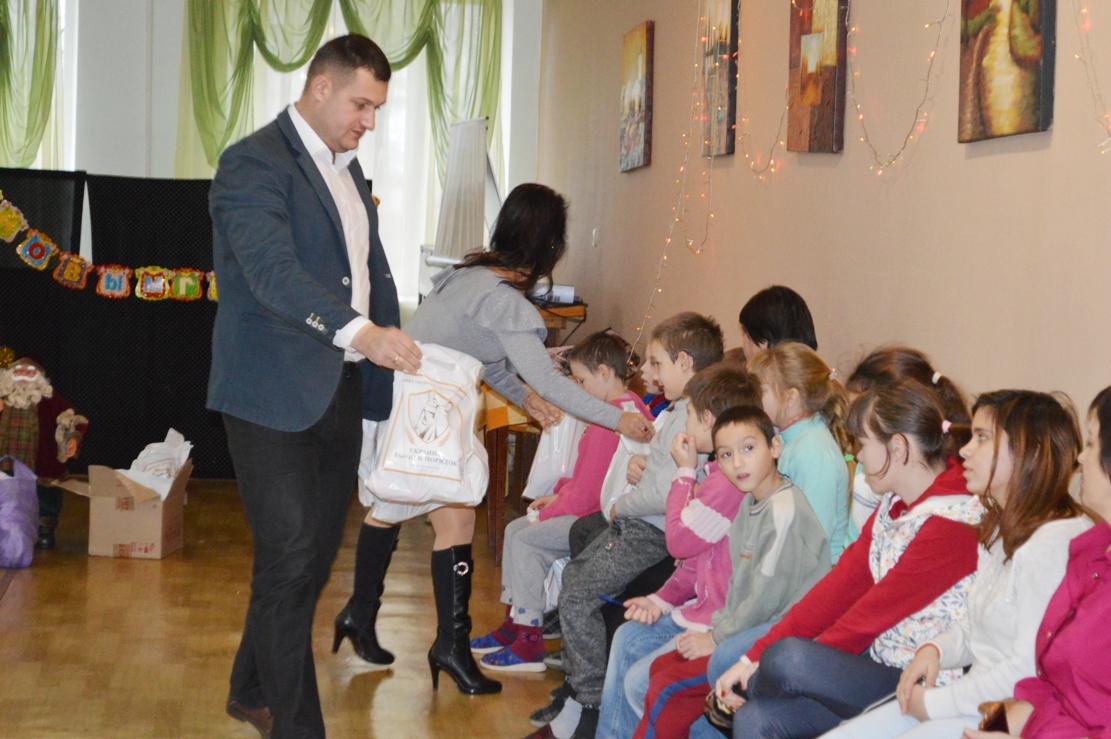 """Чужих детей не бывает: глава ОО """"Закон и порядок"""" вручил подарки воспитанникам школы-интерната и пациентам детской больницы"""
