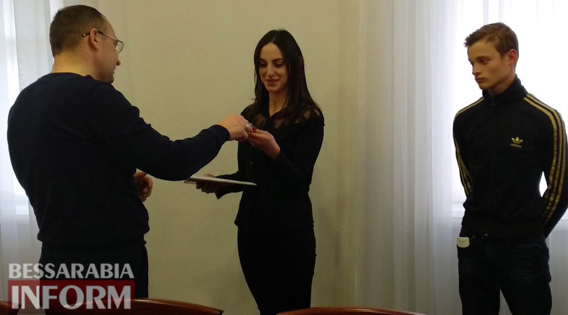 Подарок под ёлочку: в Килии троим молодым людям из числа детей-сирот мэр города вручил ключи от квартир