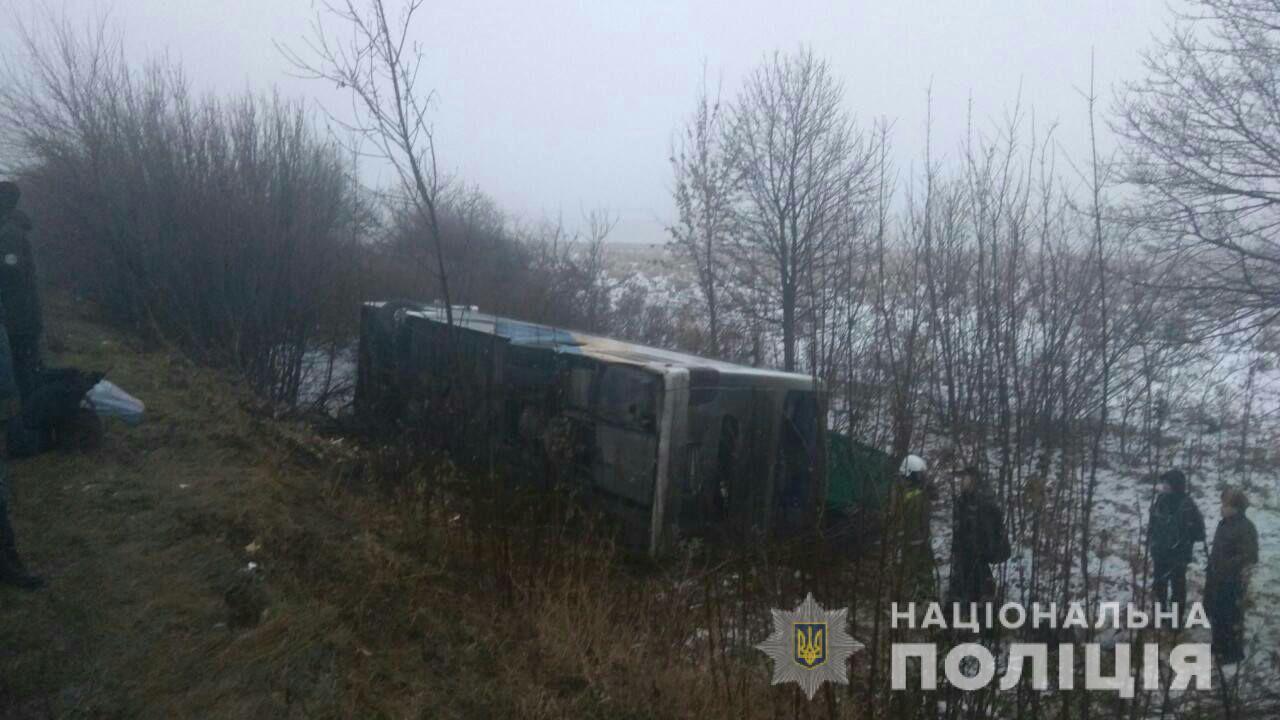 """Туман и гололед на дорогах: на трассе """"Одесса-Киев"""" в ДТП попало десять автомобилей и пассажирский автобус. Есть пострадавшие"""