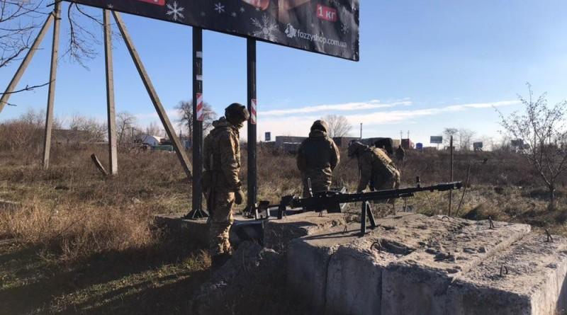 На въездах в Одессу появились военные с оружием и бронетехникой (фото)