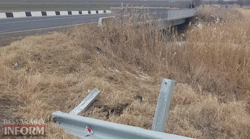"""На трассе """"Одесса-Рени"""" BMW снес отбойник и слетел с дороги в реку"""