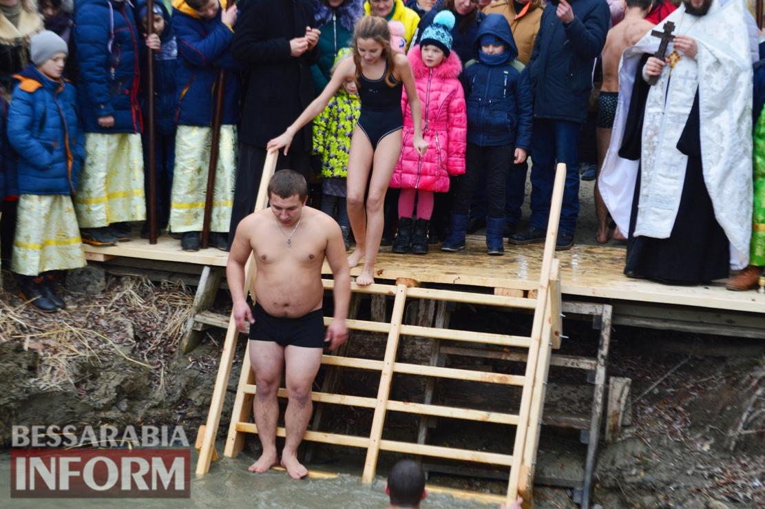 В Килии на Крещение возобновили древнюю традицию заплыва за крестом: фото с купания